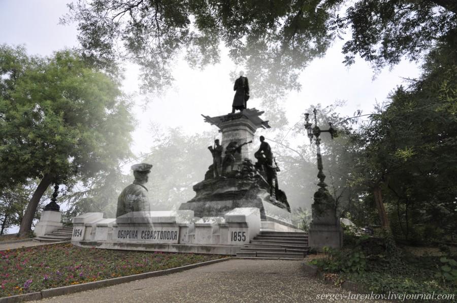 Севастополь 1944/2012 В освобожденном городе у поврежденного памятника Тотлебену.