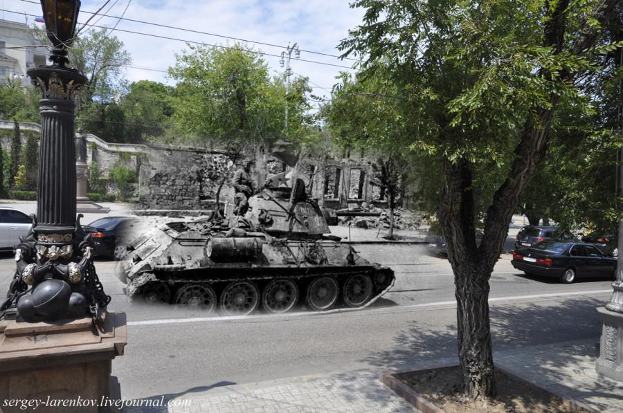 Севастополь 1944/2012 Улица Ленина. Танк Т-34 с морскими пехотинцами на борту врывается в город