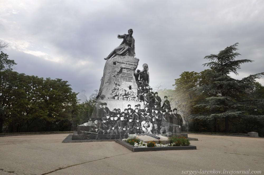 Севастополь 1942/2012 Моряки - защитники города у памятника адмиралу Корнилову. Памятник был разрушен и переплавлен гитлеровцами. После войны его восстановили по эскизам, поэтому немного не совпадает.