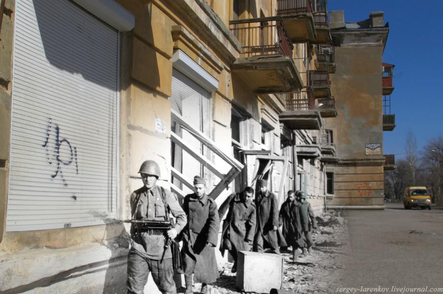 Сталинград 1943 - Волгоград 2013 ул.Арсеньева,6. Красноармейцы конвоируют пленных гитлеровцев.