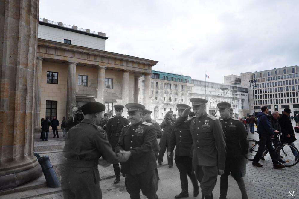 031.Встреча маршалов Жукова и Рокоссовского с британским фельдмаршалом Монтгоммери у Бранденбургских ворот.jpg
