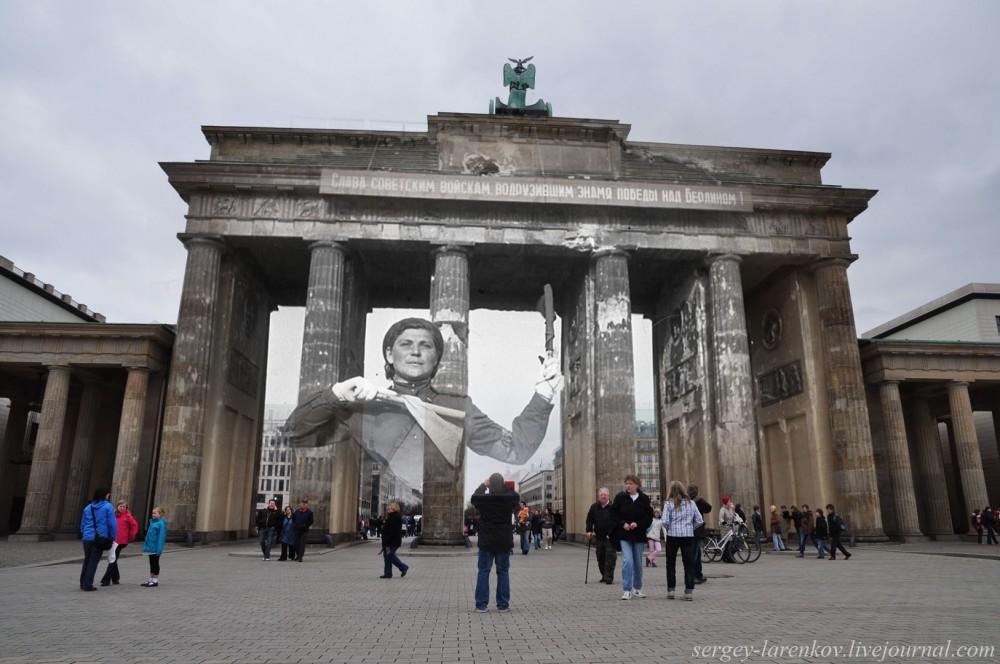 038.Берлин 1945-2010 Регулировщица у Бранденбургских ворот.jpg