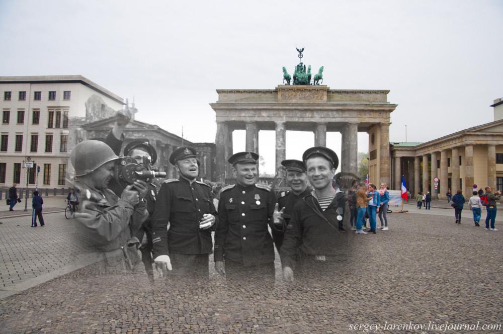 057.Берлин 1945-2014 Моряки у Бранденбургских ворот.jpg