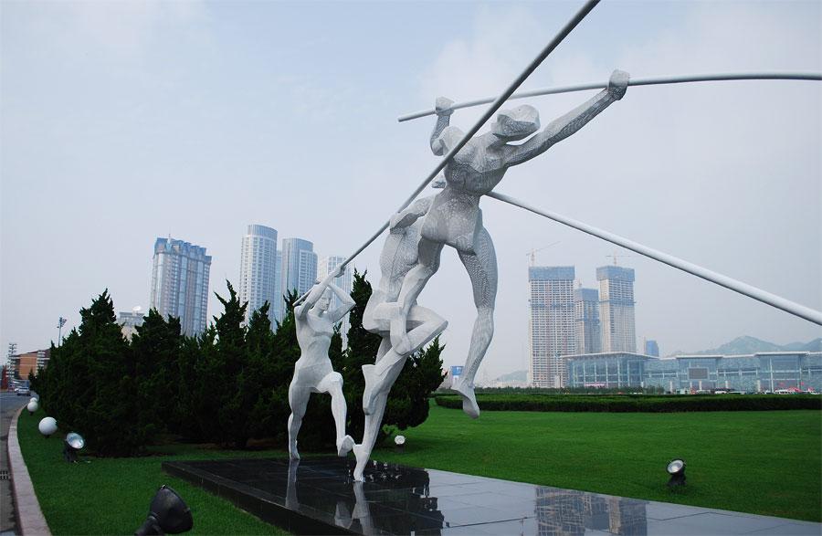 скульптуры на синхайской площади