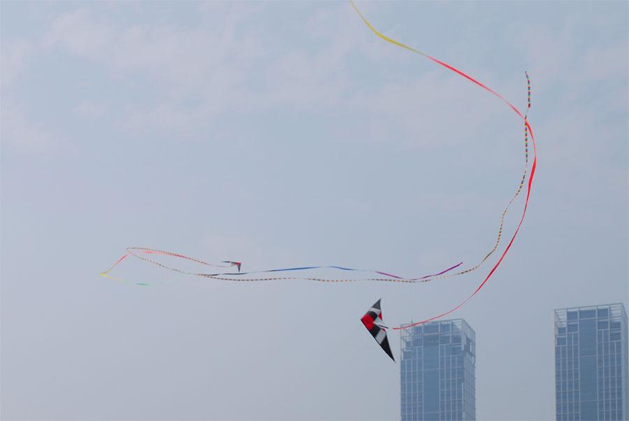 воздушные змеи на площади Синхай