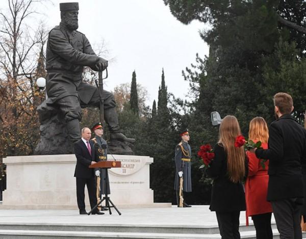 Путин открывает памятник Александру III в Ливадии