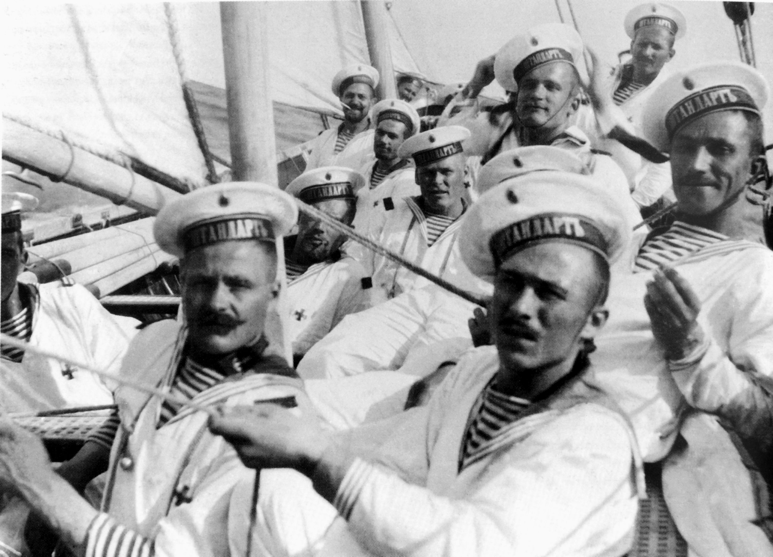 черно белые фото моряков певца вечное