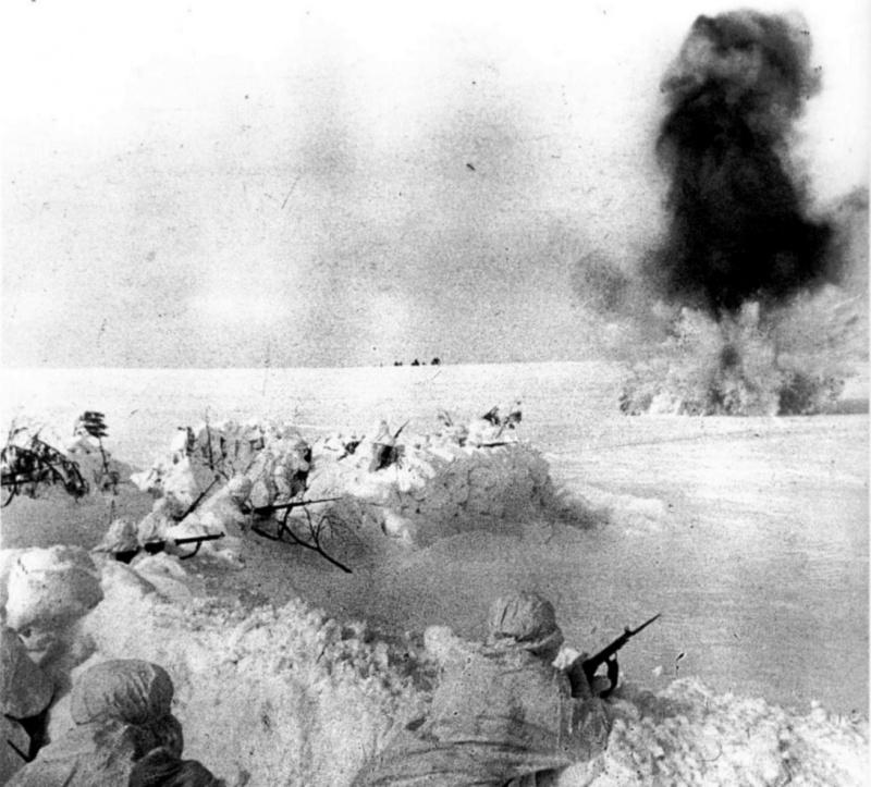 Советский оборонительный рубеж на московском направлении под артобстрелом.