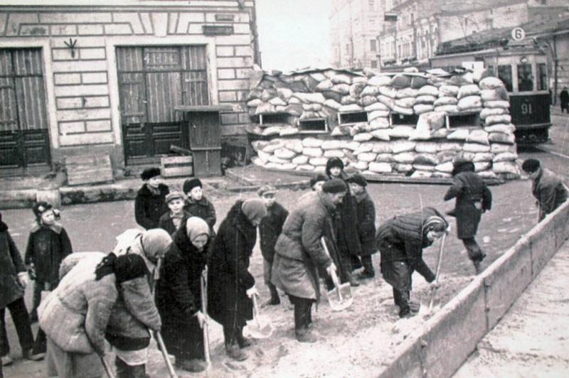 Строительство обороны. Улица Балчуг, Москва. Осень 1941 года.