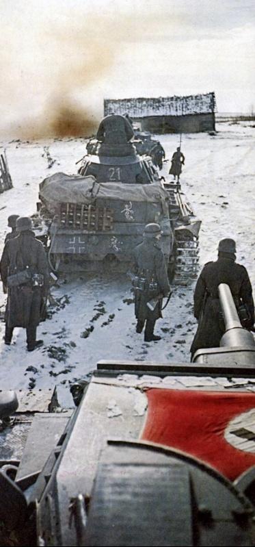 Танки Pz.III и пехотинцы 11-й танковой дивизии вермахта.