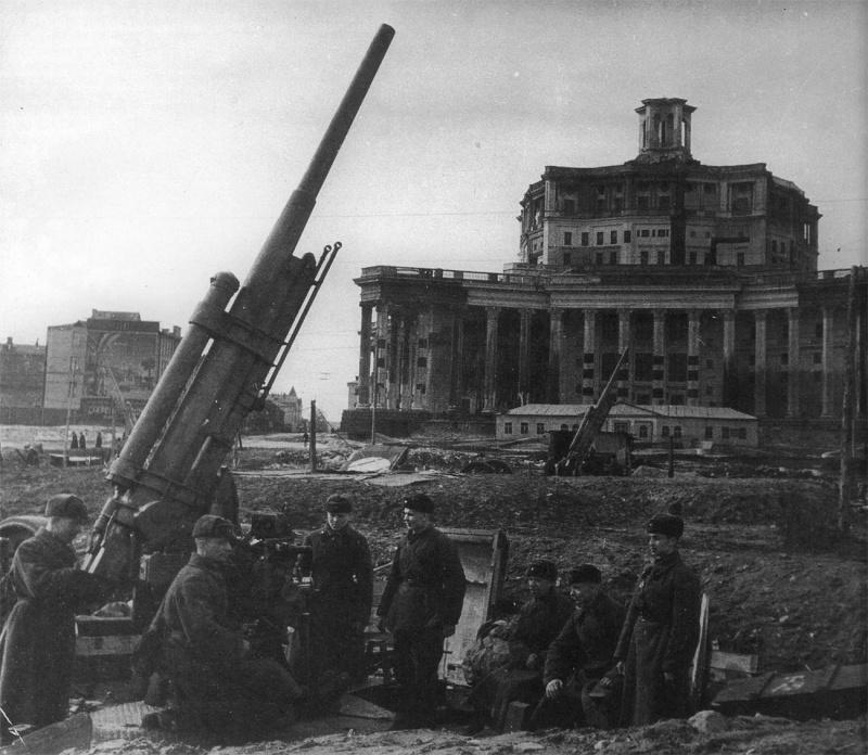 Батарея 76,2-мм зенитных пушек 3-К перед Театром Красной Армии в Москве