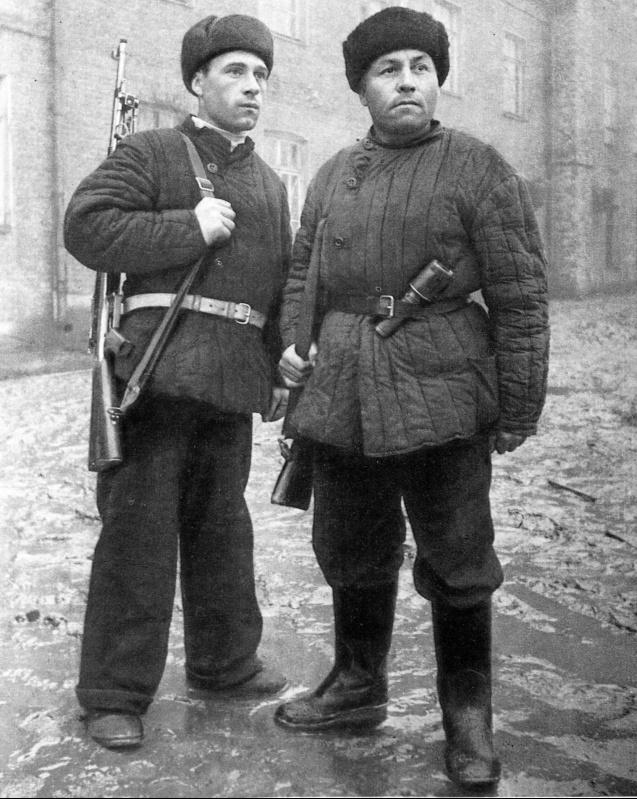 Бойцы рабочего батальона инженер В.П. Иванов и машинист метро Д.С. Дьячков