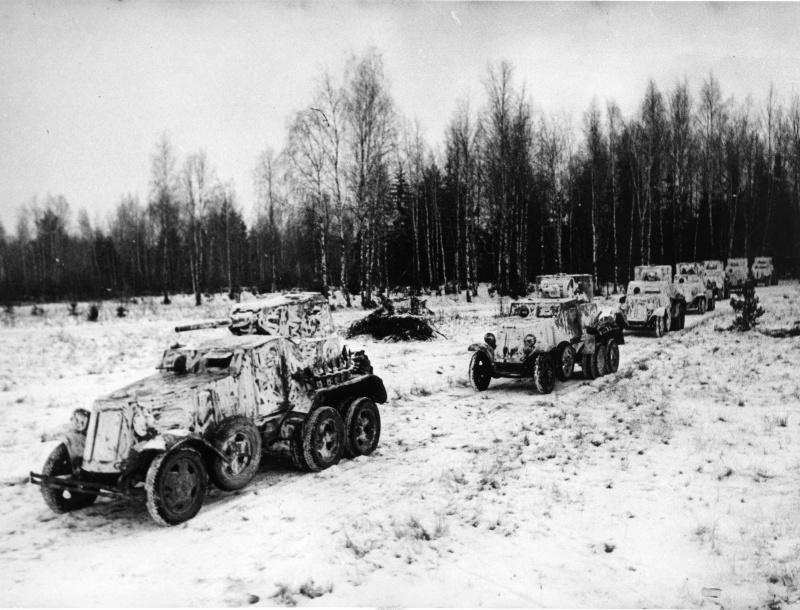 Бронеавтомобили БА-10А и БА-6 выдвигаются на боевые позиции. Зима 1941 — 1942 гг.
