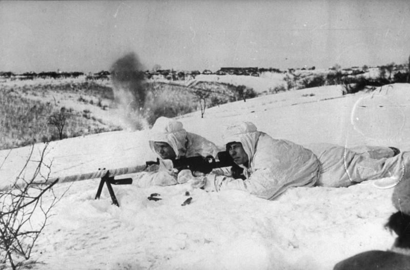 Бронебойщики ведут бой зимой 1942 года