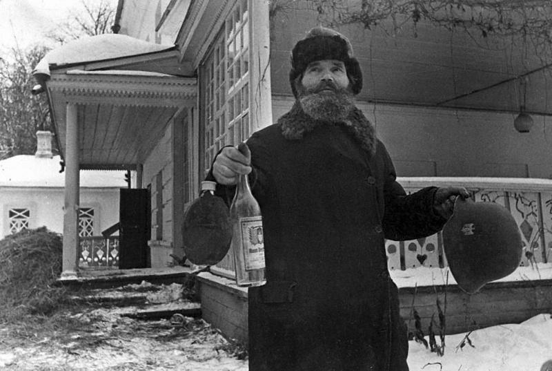 Бывший кучер Л.Н. Толстого И.В. Егоров демонстрирует вещи, оставленные после отступления немецких войск из усадьбы-музея Л.Н. Толстого «Ясная поляна».