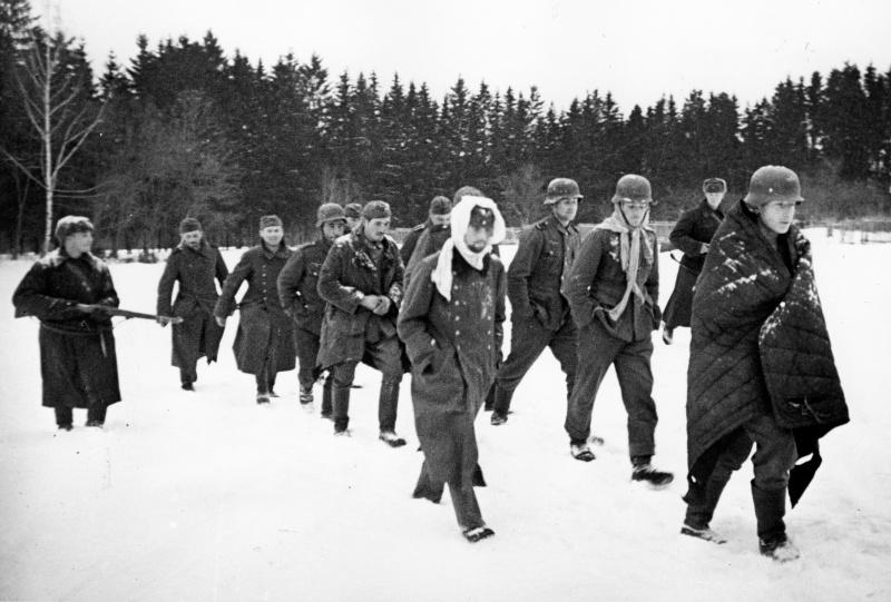 Группа немецких солдат, захваченных в плен во время битвы под Москвой. Зима 1941 -1942 гг.