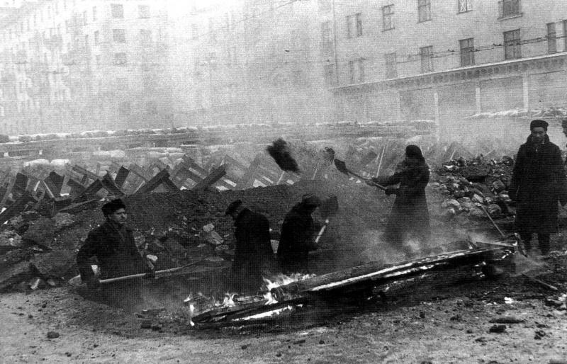 Жители Москвы строят баррикады на улицах города.
