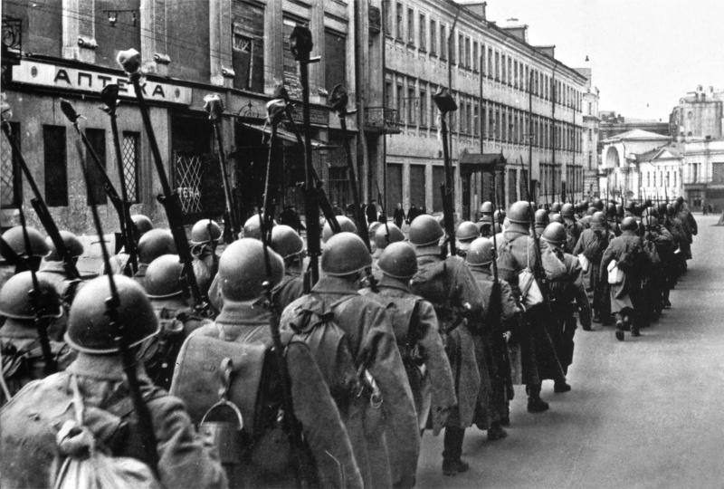 Колонна бронебойщиков следует по московской улице