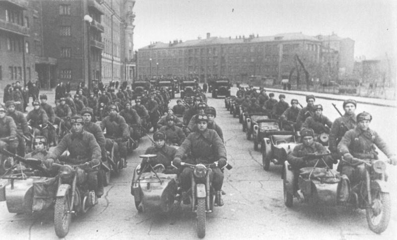 Колонна мотоциклов М-72 с вооруженными пехотинцами перед парадом на Красной площади. Москва, Садовое кольцо, ноябрь 1941 г.