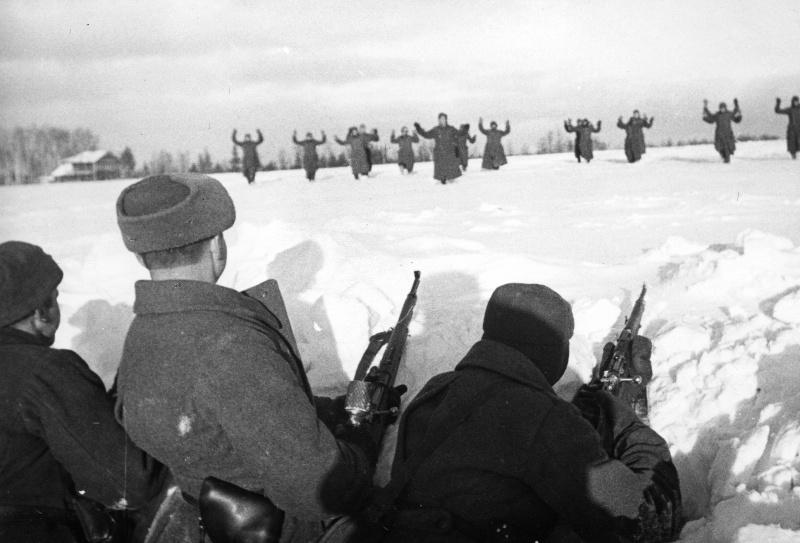 Немецкие солдаты сдаются в плен красноармейцам во время битвы за Москву. Зима 1941 — 1942 гг.