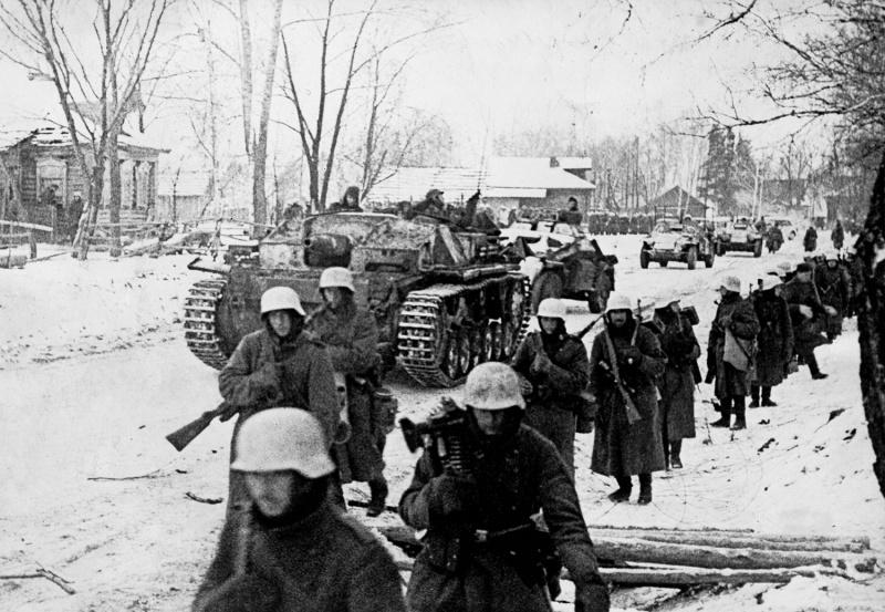 Немецкие части в одном из занятых под Москвой населенных пунктов. Декабрь 1941 года.