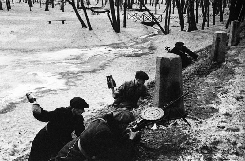 Обучение московских ополченцев в городском парке.