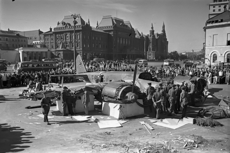 Сбитый немецкий самолет-разведчик Ju-88 на площади Свердлова [2]
