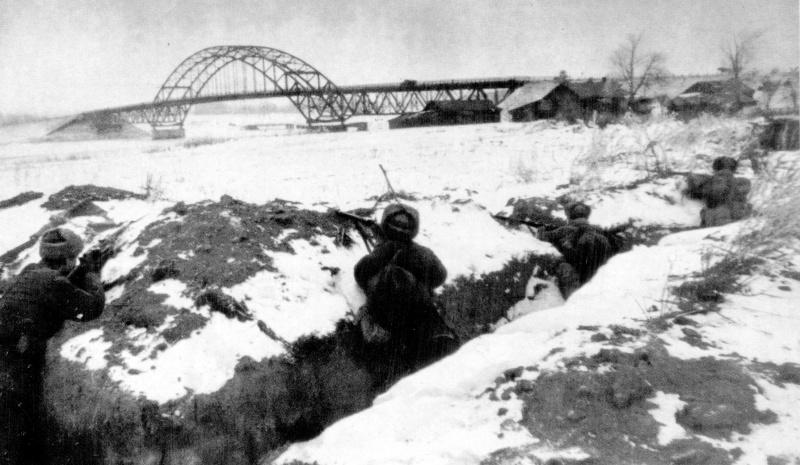 Советские солдаты в траншеях в обороне на берегу Москвы-реки.