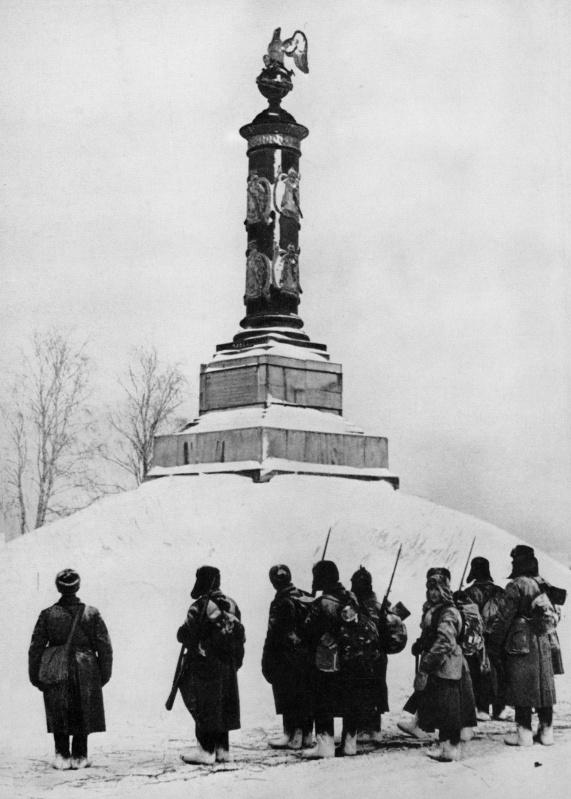Советские солдаты у памятника героям Отечественной войны 1812 года в селе Тарутино Калужской области.