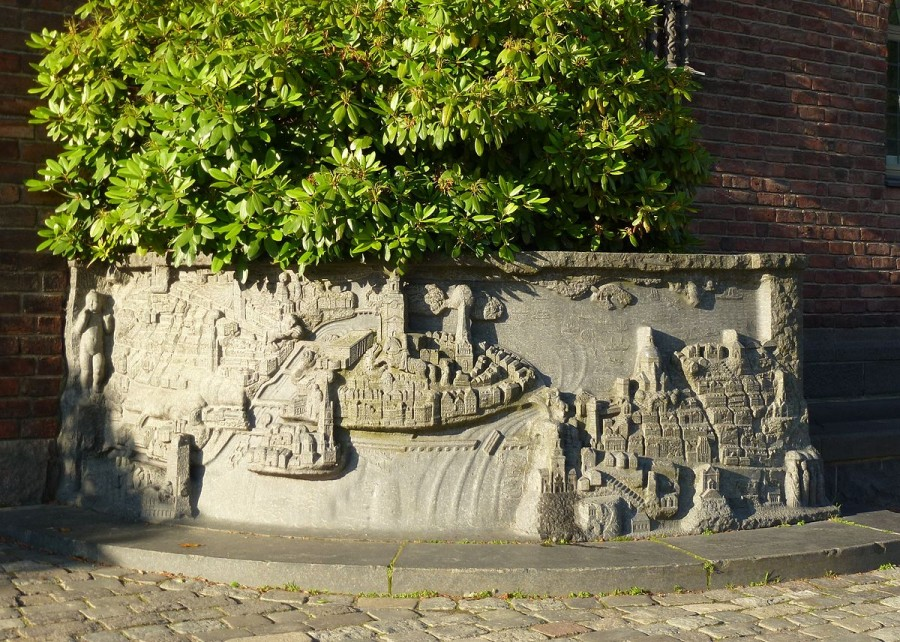 1200px-Stadshuset_relief_2012a