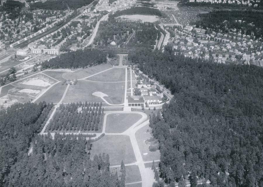 1200px-Skogskyrkogården_1946