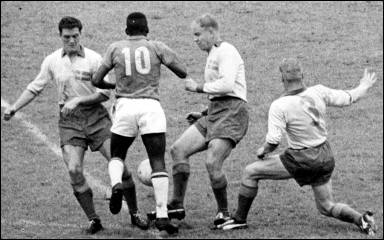Pelé_vs_swedish_defenders_1958