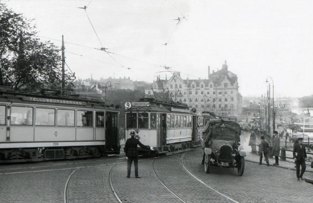 Slussen_trafikpolis_1925