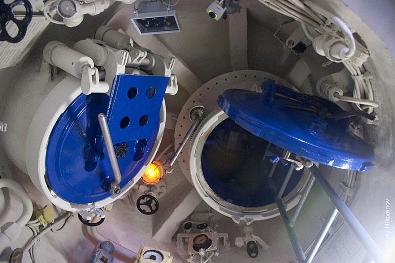 аварийные люки в подводной лодке