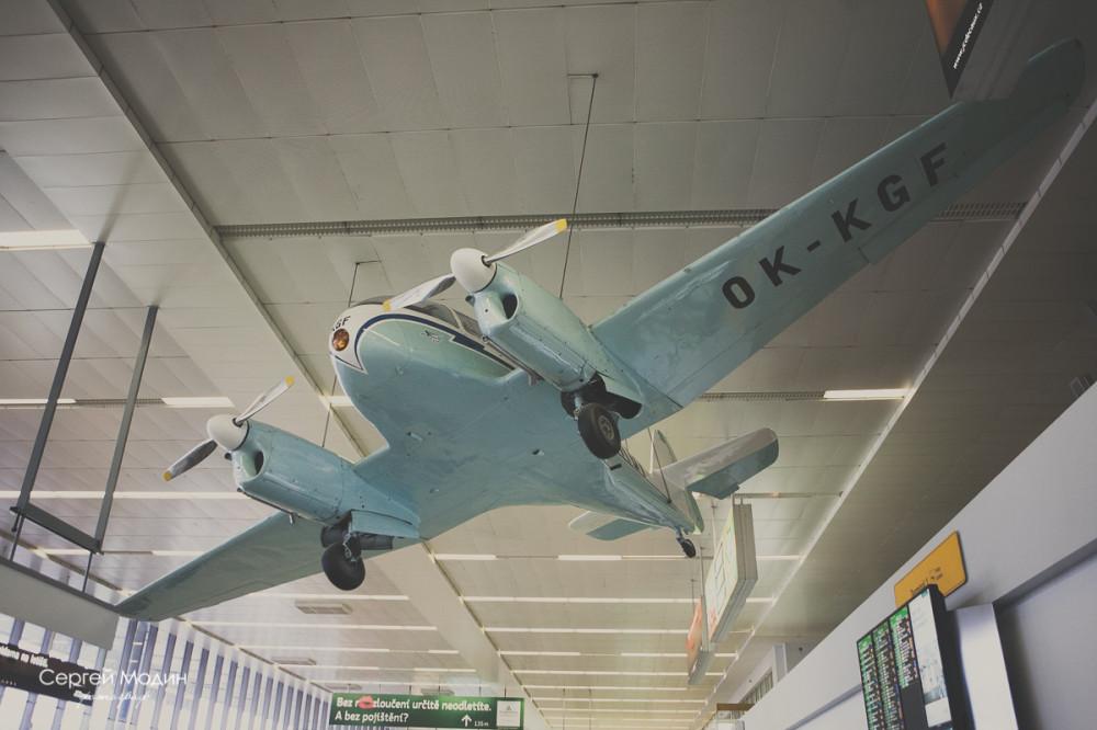 Самолет в аэропорту города Праги