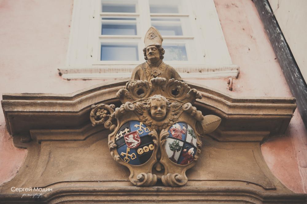 Элементы декора на здании в Праге