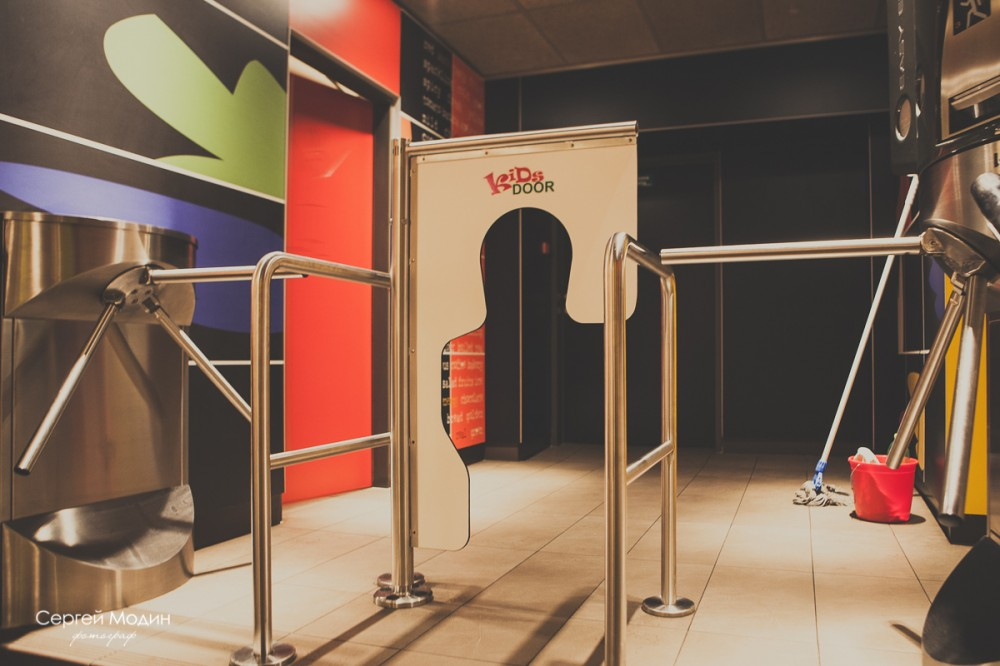 дверь для детей в Макдональдсе в Праге