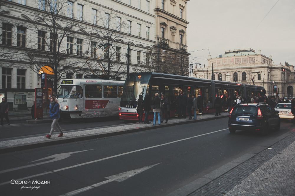 Современные и старые трамваи в Праге