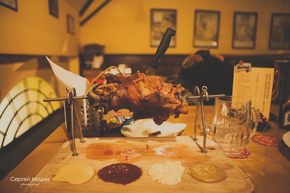 Вепрево колено в ресторане в Праге
