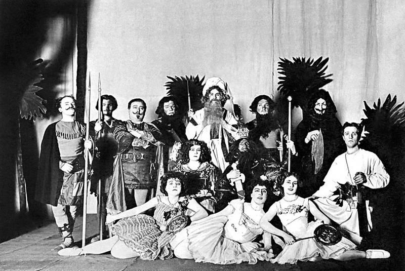 Актеры Интимного театра участвуют в спектакле «Вампука, принцесса африканская», конец 1900-х
