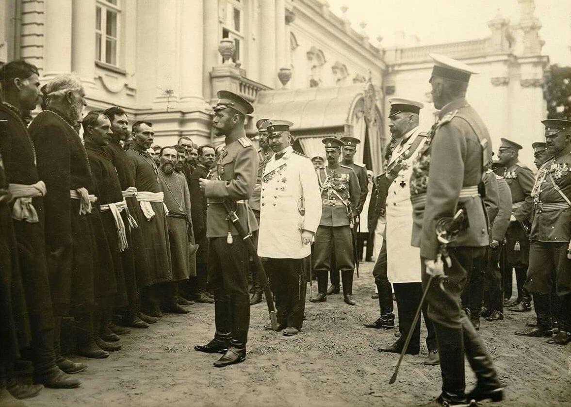Представление в Киеве Николаю II крестьянских депутаций от Юго-Западного края 30 августа 1911 года. Справа в белом мундире - П.А. Столыпин