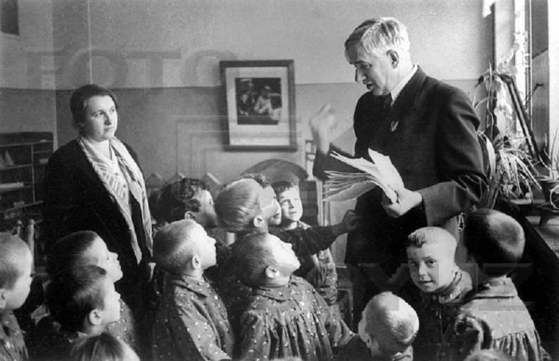 Корней Чуковский с детьми. 1937 г.