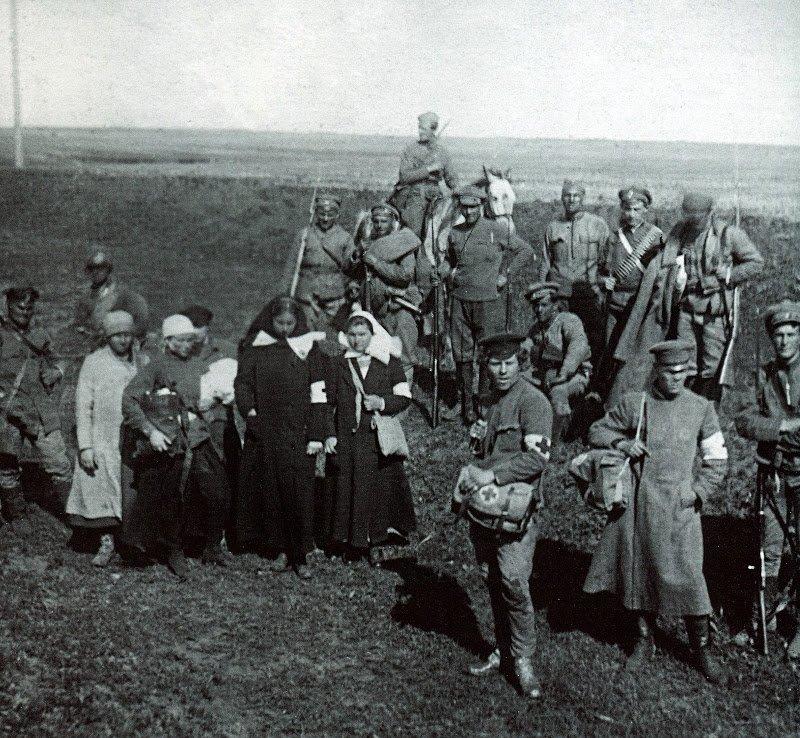 Сёстры милосердия и санитары армии Колчака в районе Ижевска. 1919 год.