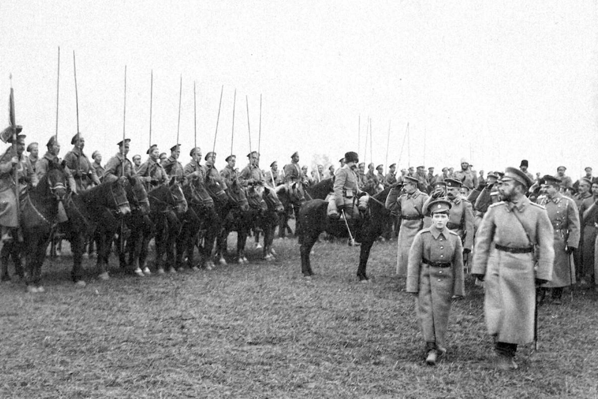 Николай II и цесаревич Алексей на смотре войск в Могилеве