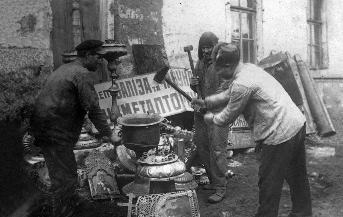 Рабочие Харьковского завода разбивают церковную утварь.  Украинская ССР. 1922 год. Фото РИА Новости