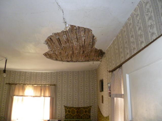 проблемный потолок в пристройке, в комнате.