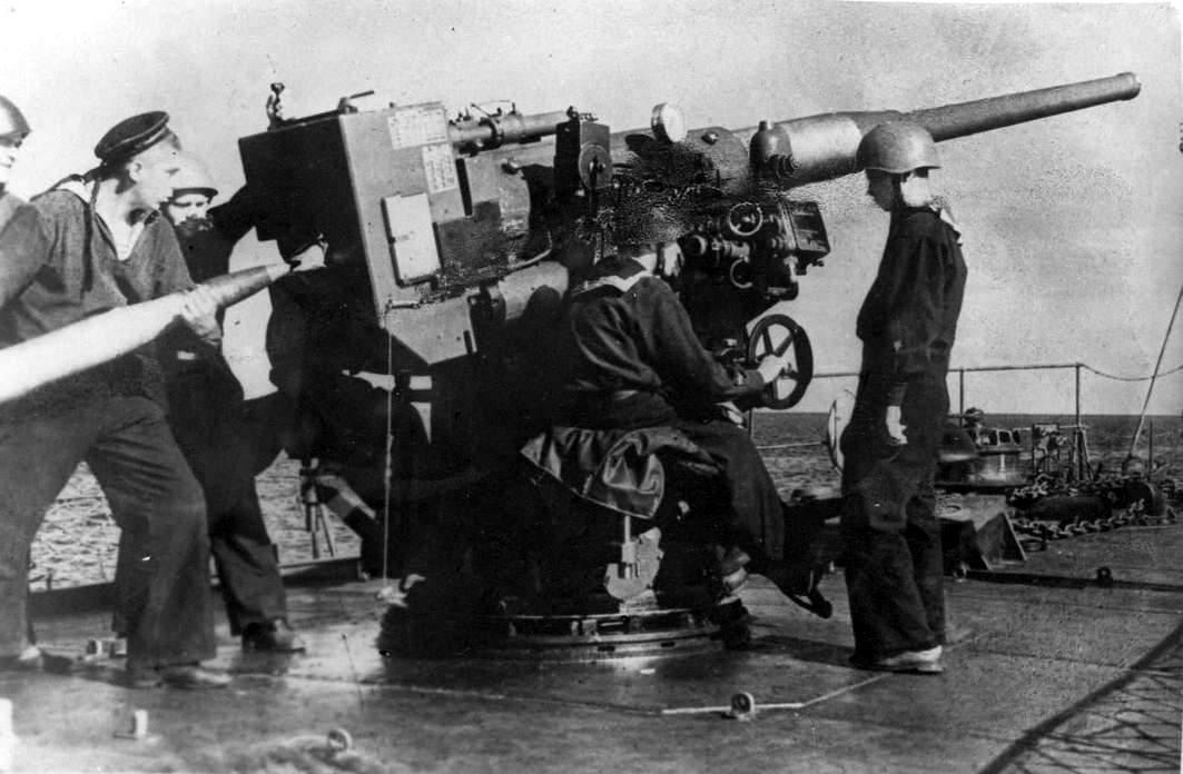 100-мм орудие расчет