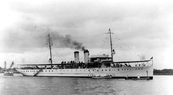 PY10 Isabel (Asian Fleet flagship) in Manila hafen 1935.jpg