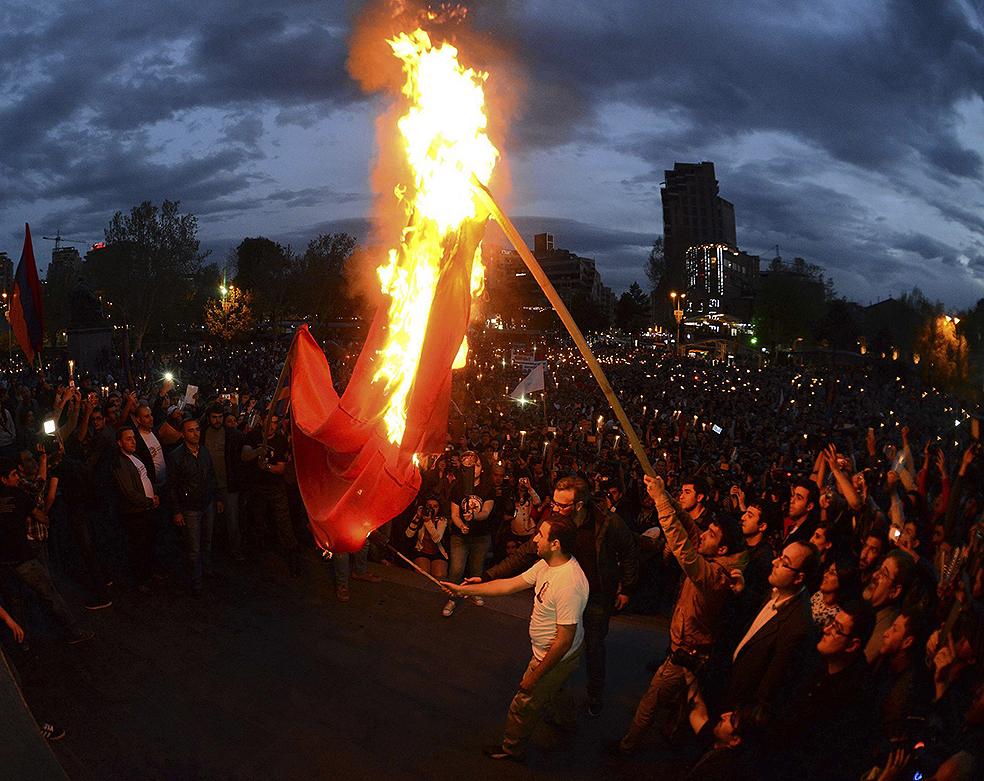 Армяне жгут турецкий флаг