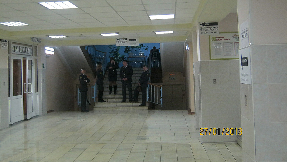 Полицаи обороняют уже закрытый участок